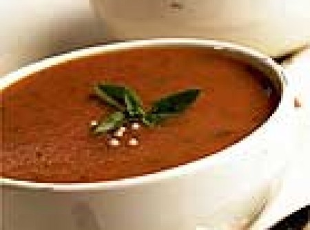 Sopa de tomate com manjericão