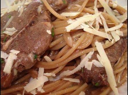 Espaguete com Carré de Cordeiro e Molho de Vinho Tinto