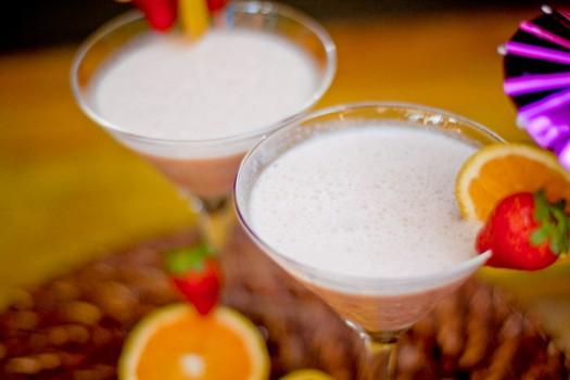 Vitamina frapê de coco, morango e laranja