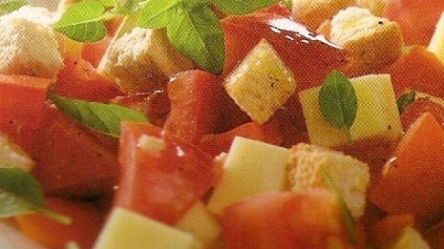 Salada de tomate e mussarela com pão italiano