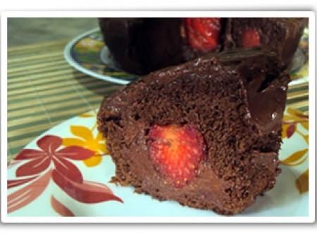 Bolo de Chocolate com Pedaços de Morango