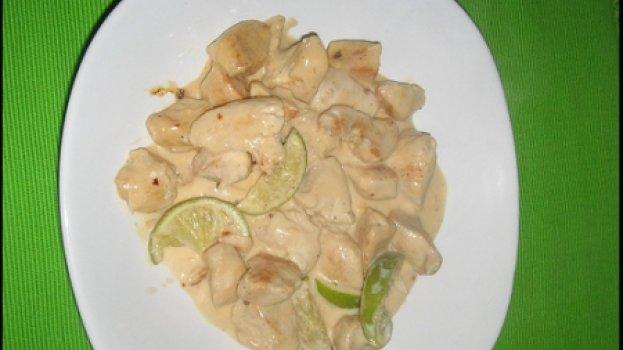 Peito de peru com molho de leite de coco e limao
