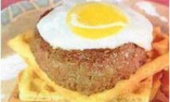 Hamburquer de picanha com ovo pochê e bacon