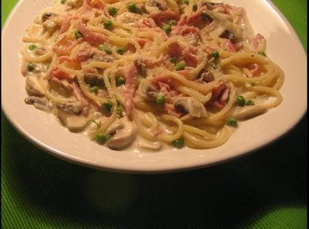 Spaghetti alla panna com ervilhas, presunto e champignon