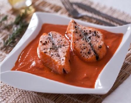 Salmão Sobre Sopa de Tomate