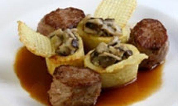 Noisettes de cordeiro com batatas recheadas com cogumelos