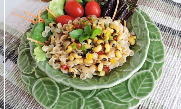 Salada de Feijão Fradinho e Macarrão ao Molho Vinagrete