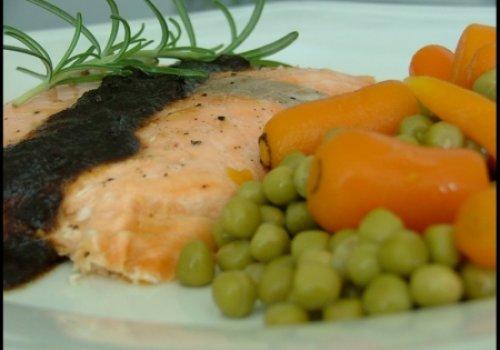 Salmão com Pesto, Ervilha e Cenoura