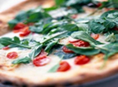 Pizza de queijos com rúcula