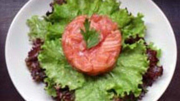 Salada verde e Tartar de Salmão com perfume de Mostarda e Gengibre