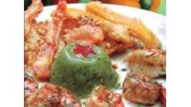 Camarão marinado com alecrim, mousse de pepinos, tempurá de legumes na cerveja e farofa de caju