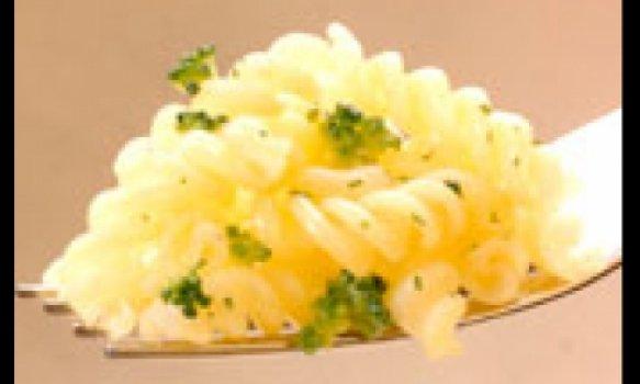 Macarrão ao Molho Branco com Brócolis e Bacon