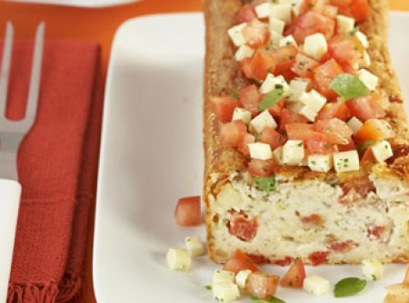 Bolo de queijo de coalho e tomate