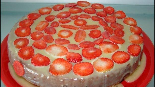 Bolo de chocolate com cobertura de chocolate branco e morangos