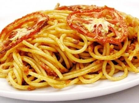 Espaguete ao Molho de Tomate Assado e Alho