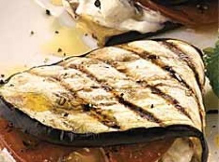 Sanduíche de berinjela recheado com coalhada e hortelã