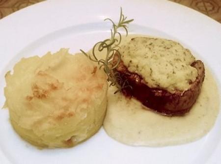 Filé Mignon com crosta de parmesão e gateau de batatas