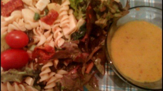 Salada de Macarrão com Kani e Tomatinhos