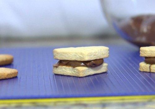 Biscoitos Amanteigados com Creme de Avelã