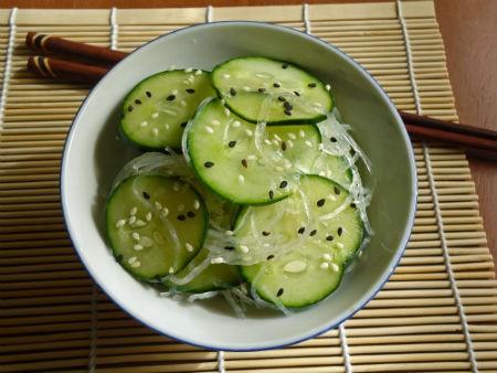 Salada de pepino agridoce (sunomono)