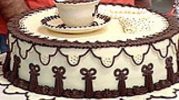 Torta De Maracujá Decorada Com Pasta De Chocolate Branco
