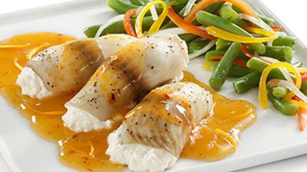Filé de peixe com molho de pimenta vermelha e laranja
