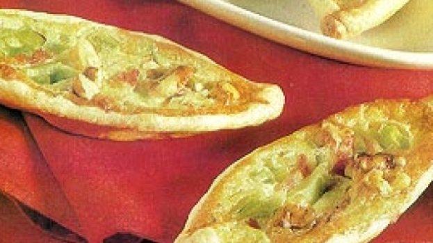 Barquinhas com alho-poró, presunto e queijo