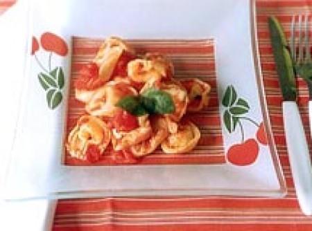 Capeleti ao molho de tomate e manjericão