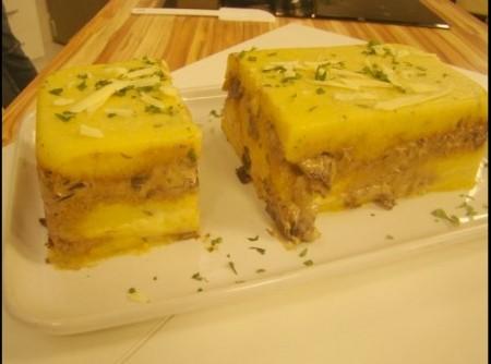 Cake de polenta com funghi,peru e espinafre