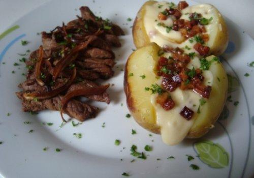 Batatas Assadas ao Molho de Queijo e Bacon