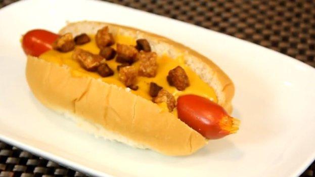 Hot Dog com Cheddar e Bacon na Cerveja