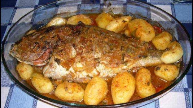Salmão recheado com farofa de ovas de peixe e molho de camarão ao forno