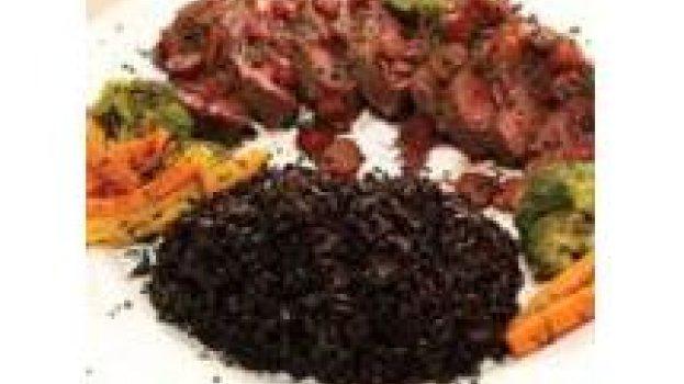 Medalhão de Avestruz com molho de Ervas frescas e Pinhões, com arroz preto e legumes