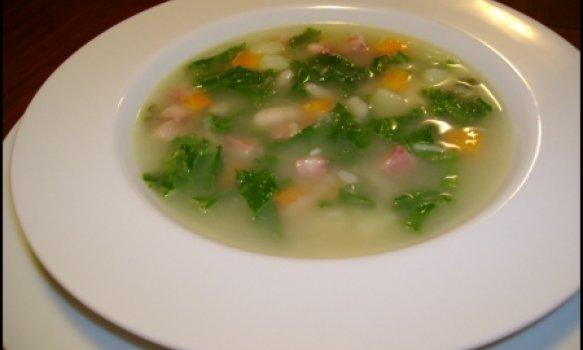 Sopa de folhas de mostarda fresca com feijão branco, legumes e paio