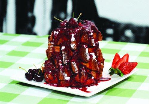 Panetone desestruturado com calda de frutas vermelhas