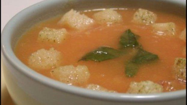 Creme de legumes com manjericão e croutons