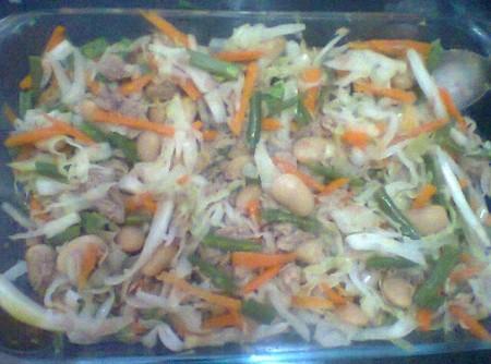 Salada de feijao em lata com atum