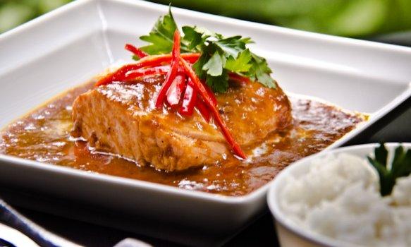 Salmão Grelhado ao Curry Vermelho e Leite de Coco