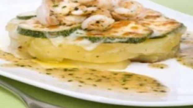 Batatas em salsa verde ao queijo e camarões