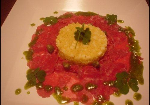 Coucous ao curry com fatias finas de filet mignon