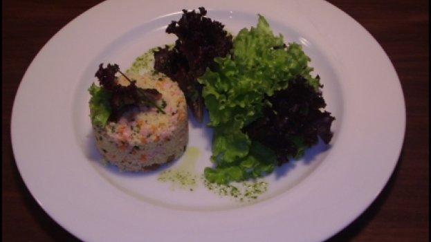 Couscous com pequenos legumes, peito de peru e mix de alface e ervas