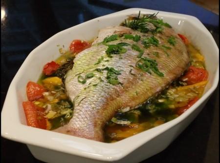 Peixe Vermelho Assado em Cama de Legumes