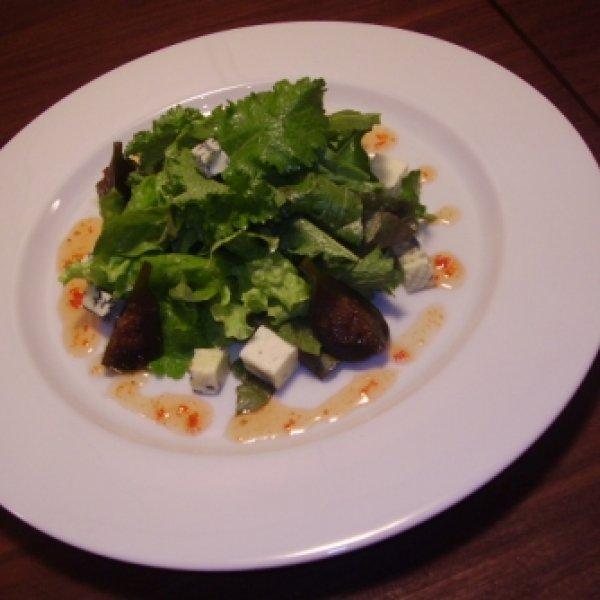 Gorgonzola com figos verdes, geléia de pimenta com mix de folhas e ervas - Receitas CyberCook