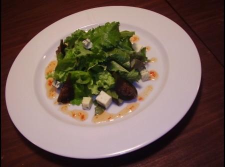 Gorgonzola com figos verdes, geléia de pimenta com mix de folhas e ervas