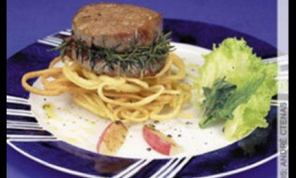 Liguine frito com medalhão de filé mignon