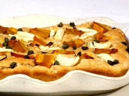 Focaccia integral com abóbora, cebola e alcaparras | marlene gomes koch