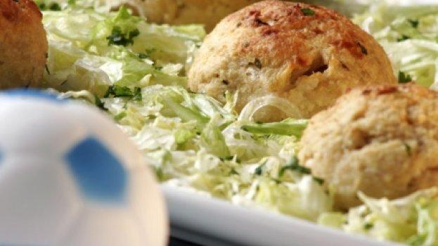 Almôndegas de frango com salada de alface