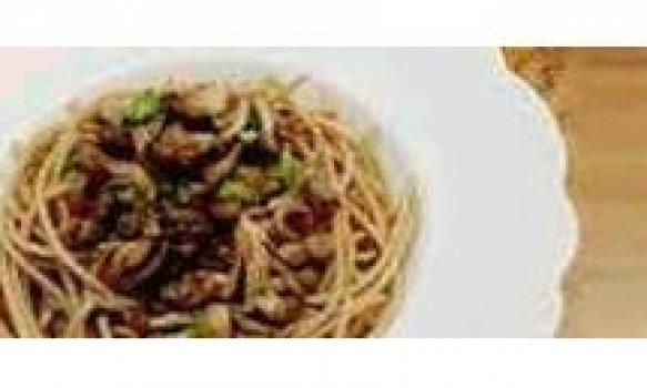 Espaguete com brócolis e frango