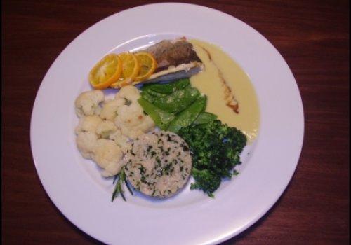 Truta no vapor com limão galego, ervas com arroz integral e molho de alho-poró