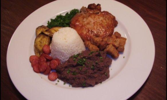 Tutu de feijão especial com lingüça, carre de porco e torresmo